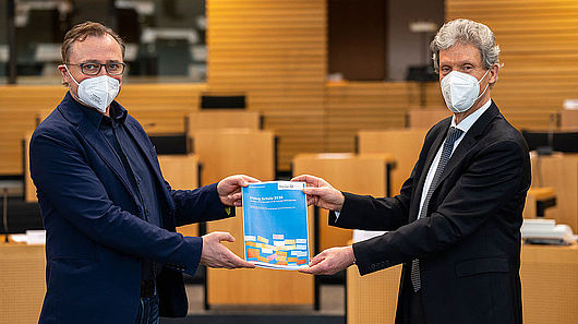 Übergabe des Berichts durch den Minister Holter an den Ausschussvorsitzenden Wolf