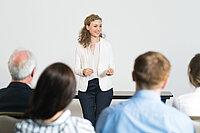 Junge Frau hält einen Vortrag