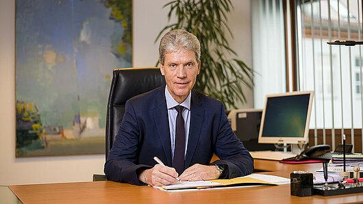 Helmut Holter am Schreibtisch