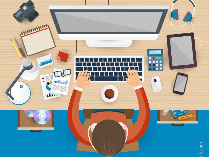 Mitarbeiter an Schreibtisch vor PC