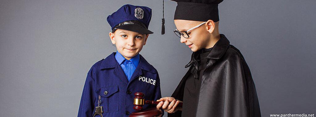 Jungen als Polizist und Richter verkleidet