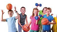 Kinder beim Schulsport mit Basketbällen und Hanteln