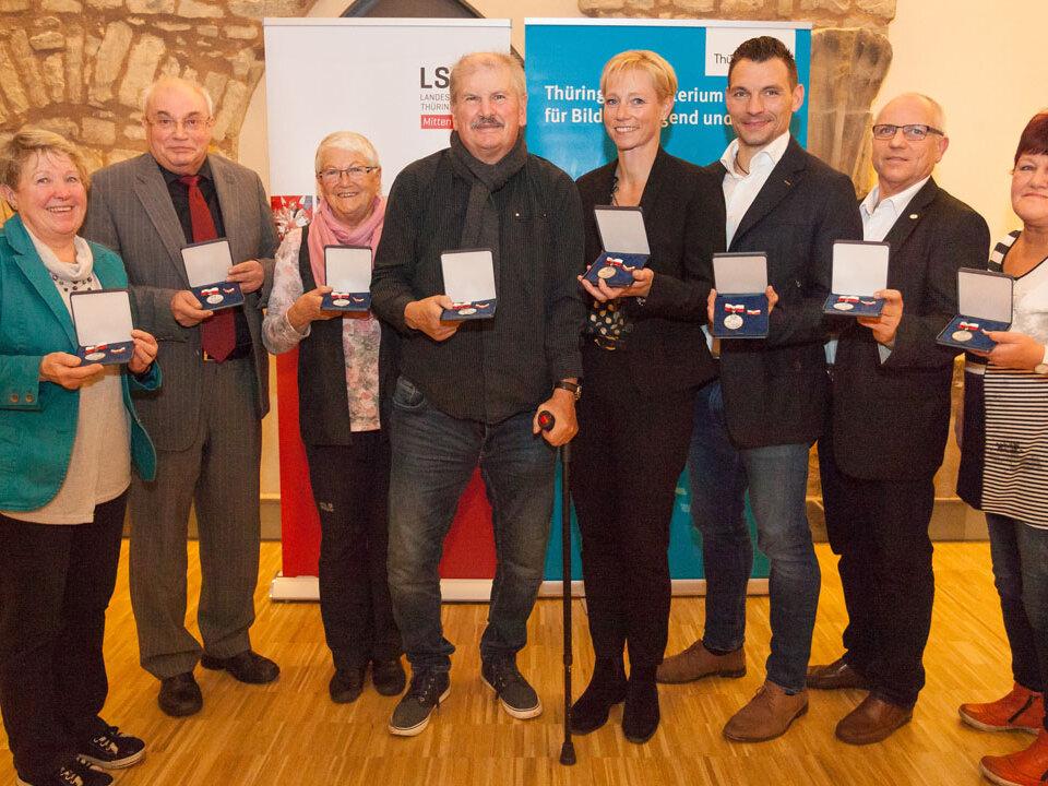 Gruppenfoto mit Preisträgern der Sportplakette