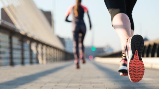 Closeup auf das Bein eines Laufsportlers