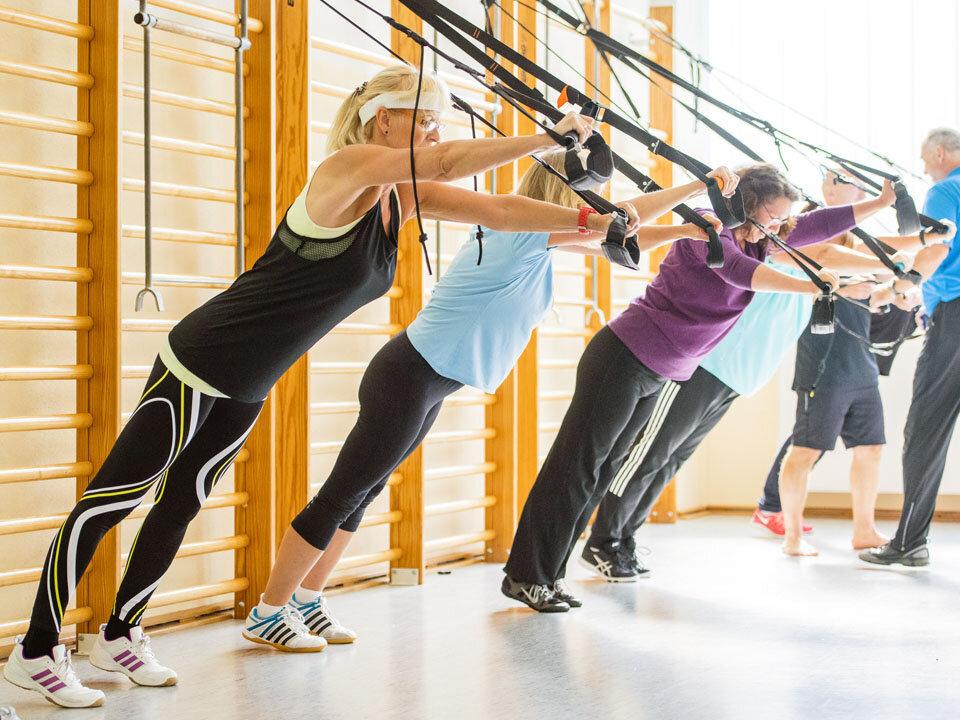 Frauen trainieren an einer Sprossenwand