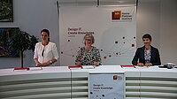 drei Staatssekretärinnen bei der feierlichen Unterzeichung der Vereinbarung