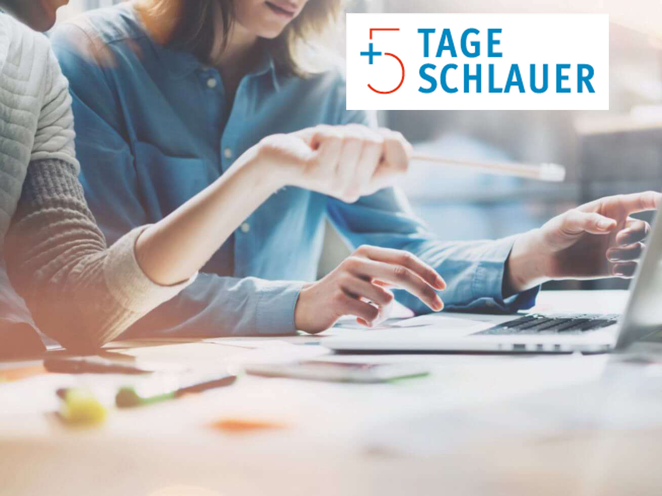 Arbeitsszene an einem Schreibtisch mit Logo bildungsfreistellung.de