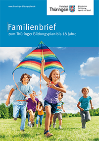 Cover Familienbrief: Kinder spielen mit einem Flugdrachen