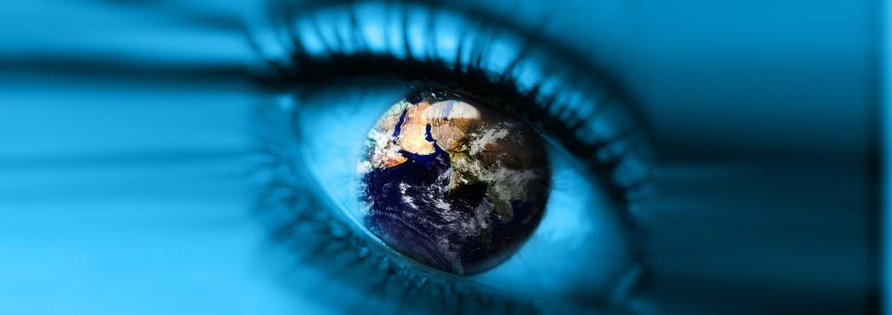 Bildmontage: Auge mit Weltkugel als Iris