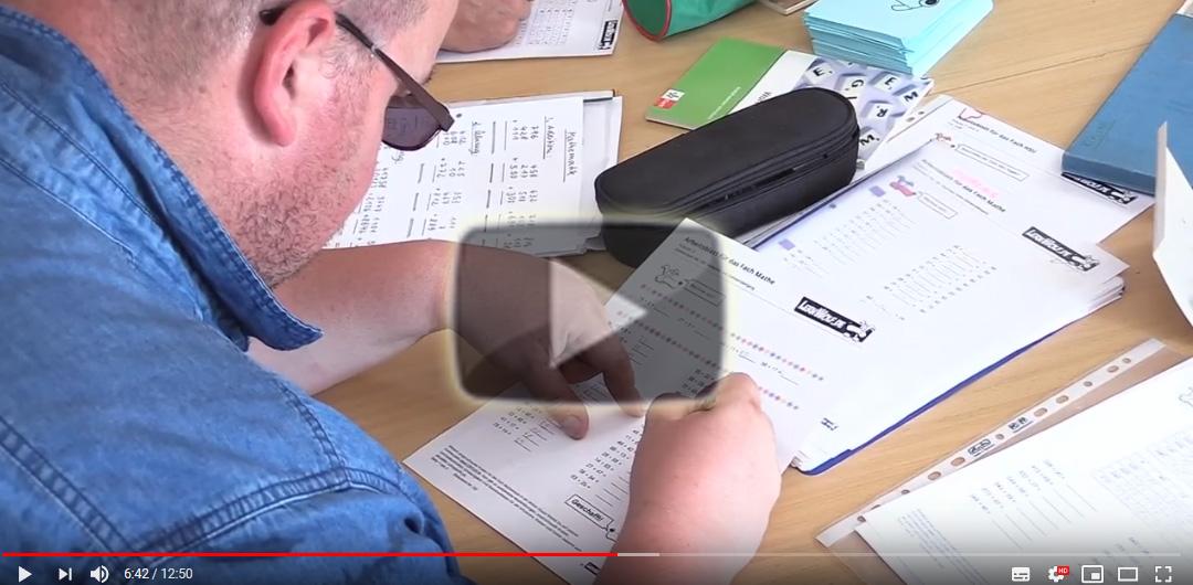 Standbild aus einem Video: Ein Mann füllt ein Formular aus