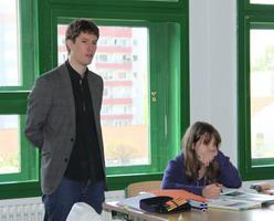 Herr Kevin Tschanz im bilingualen Geographie-Unterricht am Humboldt-Gymnasium Weimar