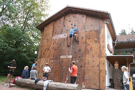 Freiwillige helfen an der Kletterwand Waldhof Finsterbergen