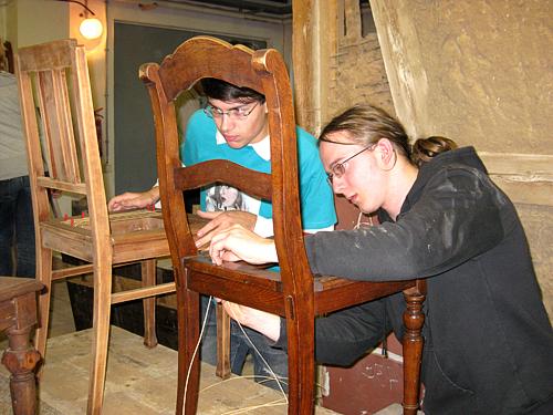 Freiwillige bei der Möbelrestaurierung