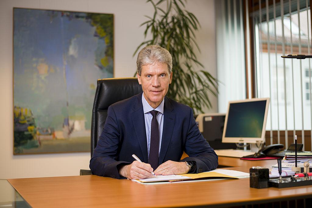 Minister Helmut Holter am Schreibtisch