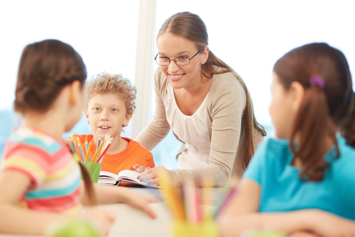 Lehrerin mit Grundschülern