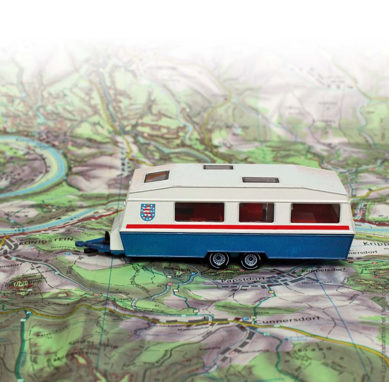 Wohnmobil vor einer Landkarte