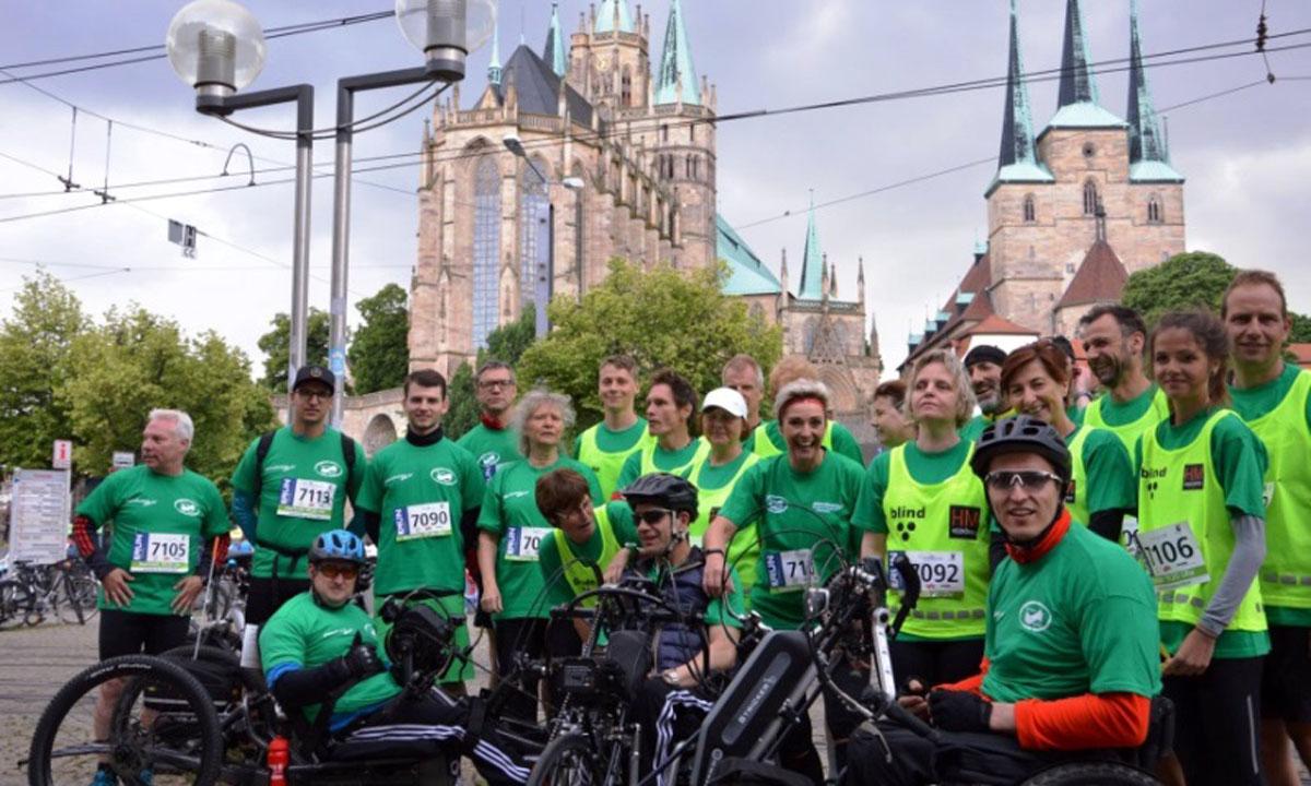 Gruppe von Läufern und Rollstuhlfahrern vor dem Erfurter Dom