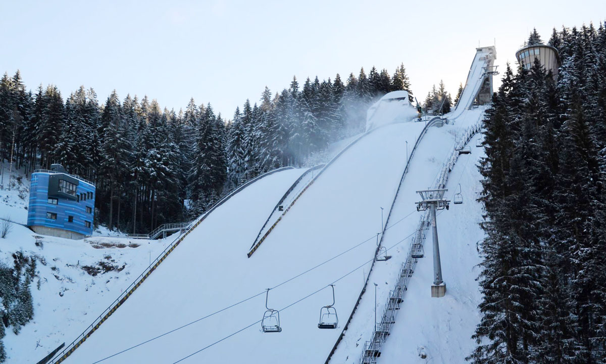 Skisprunganlage im Winter