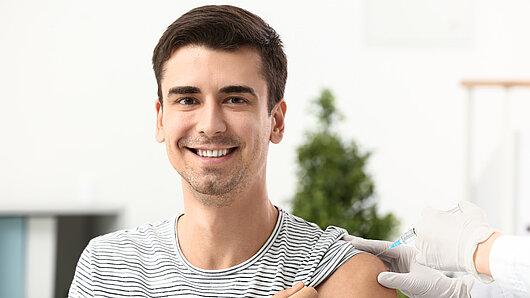 Junger Mann hat Impfung erhalten