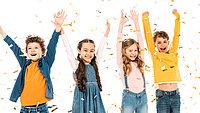 Vier Kinder freuen sich und strecken die Arme nach oben