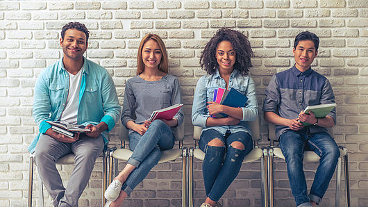 Vier Schüler:innen warten auf eine Prüfung