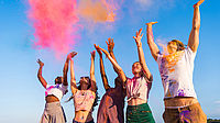 fröhliche junge Menschen werfen Farbpulver on die Luft