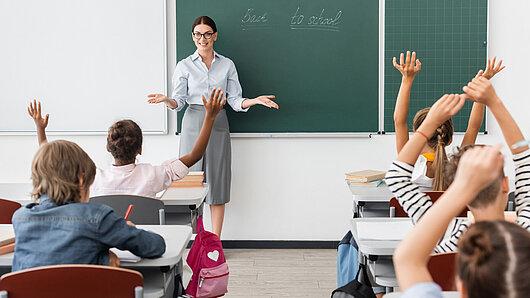 Lehrerin unterrichtet ein Schulklasse