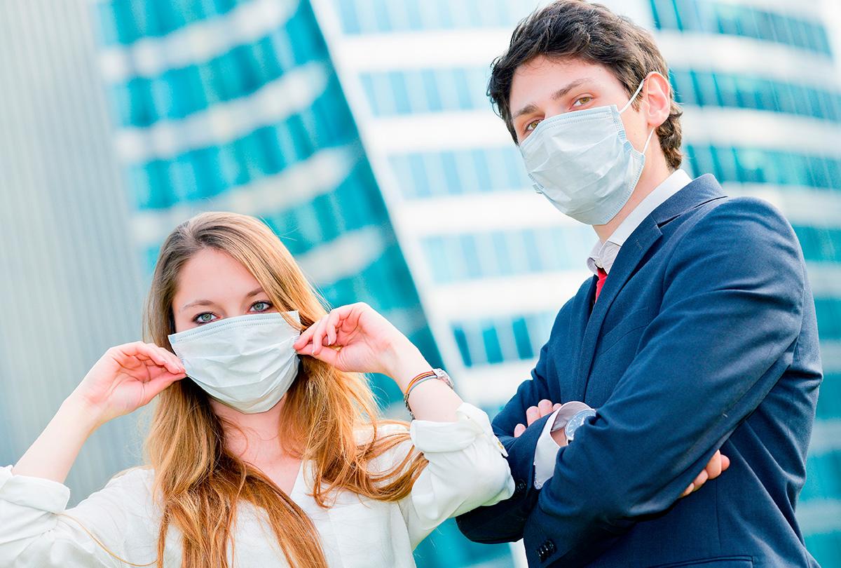 Zwei junge Menschen tragen Maske