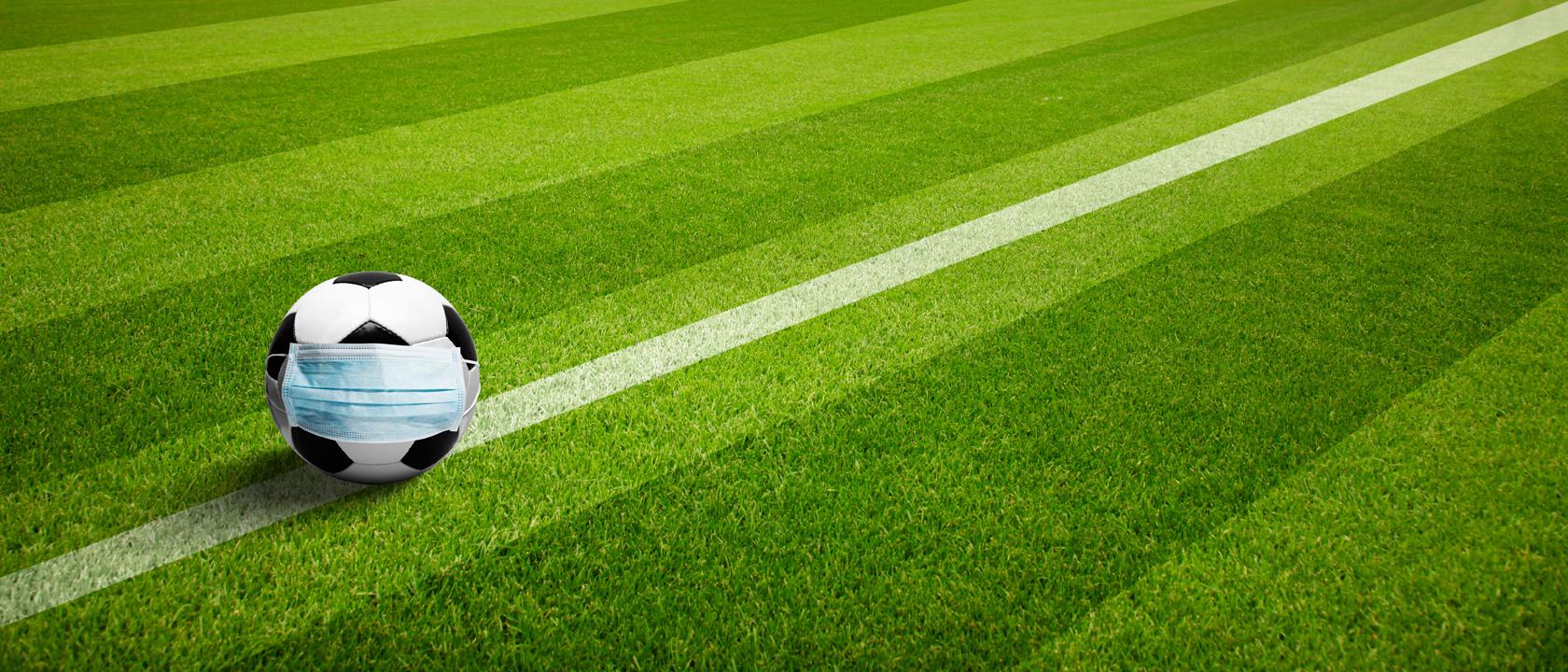 Symbolbild: Ein Fußball mit Maske